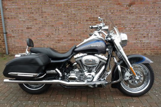CVO Touring Road King FLHRSE