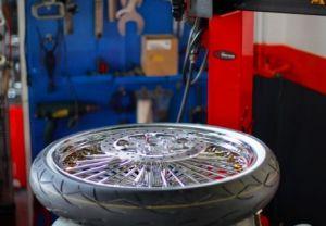 タイヤチェンジャー。当店の作業機器は最新機種ではないものもありますが、道具の不便さは熟練の腕でカバーします。作業時間が無駄に長引くことはありません。