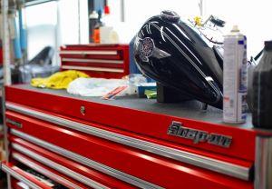 整備士は高品質の工具を使用します。あなたの大切なモーターサイクルを整備するのにふさわしい工具を厳選しています。