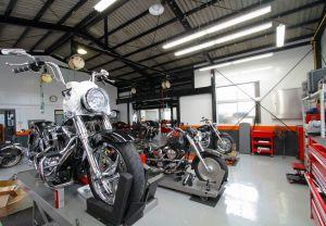 工場内は常に清潔に保たれ、工具や部品は整然と配置されています。