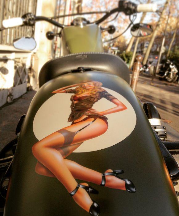 Préparation de moto Harley-Davidson sur base de Sportster Forty-Eight. Réalisée par le concessionnaire ATS Harley-Davidson Paris Bastille. Peinture personnalisée Kaki Pin-Up.