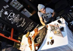 Soirée des 30 ans de la concession ATS Harley-Davidson Paris Bastille. Animation de tatouage sur cuir avec Barber Ink.