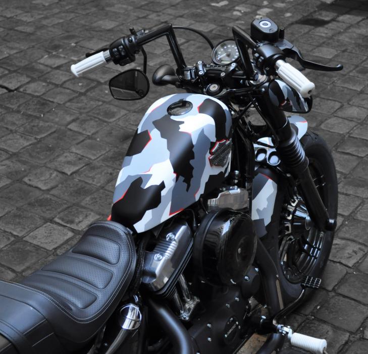 Préparation de moto Harley-Davidson sur base de Sportster Forty-Eight. Réalisée par le concessionnaire ATS Harley-Davidson Paris Bastille. Peinture Custom Camouflage.