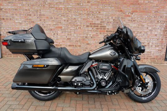 NEW 2018 FLHTKSE Touring CVO Ultra Limited in Black Earth Fade