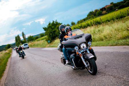 A szabadság Harley-Davidsonon érkezik