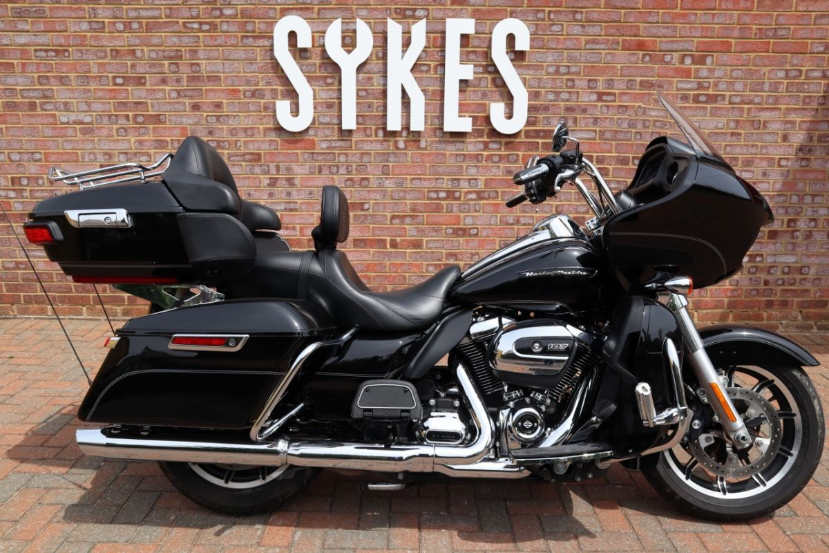 2017 Harley-Davidson FLTRU Touring Road Glide Ultra in Vivid Black