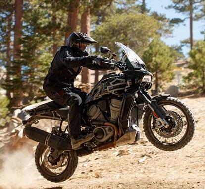 Prvé modely Harley-Davidson® kategórie Adventure touring a Streetfighter s novými motormi Revolution® Max